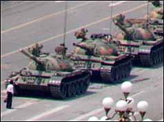Ragazzo ferma carri armati